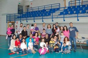Foto de familia de asistentes a la jornada de convivencia de familias afectadas por alergia a alimentos. 19 de abril de 2015
